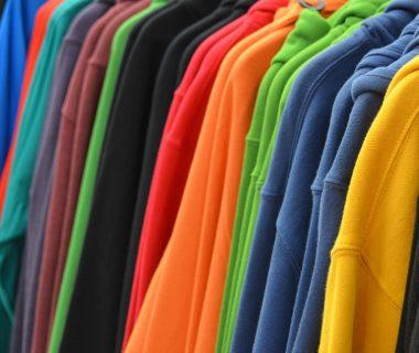 bluzy na wieszakach